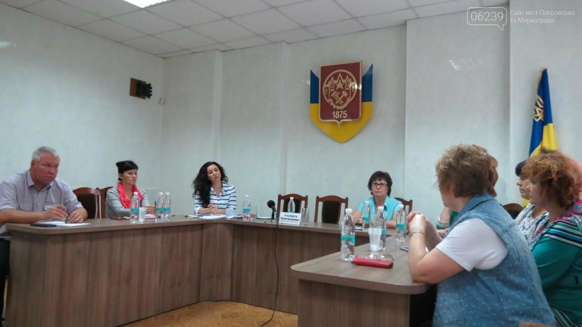 Предприниматели Покровска начали получать компенсации по затратам на замену вывесок, фото-2
