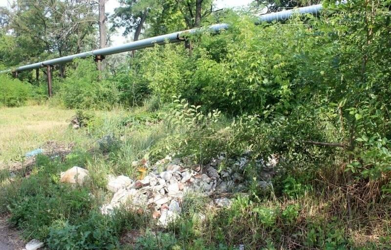 В Мирнограде коммунальщики игнорируют свалку строительного мусора после сноса детсада, фото-1