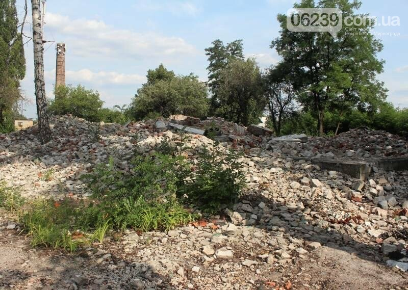 В Мирнограде коммунальщики игнорируют свалку строительного мусора после сноса детсада, фото-2