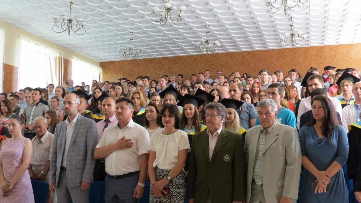 В ДонНТУ, расположенном в Покровске, прошла церемония вручения дипломов магистрам и бакалаврам ВУЗа, фото-1