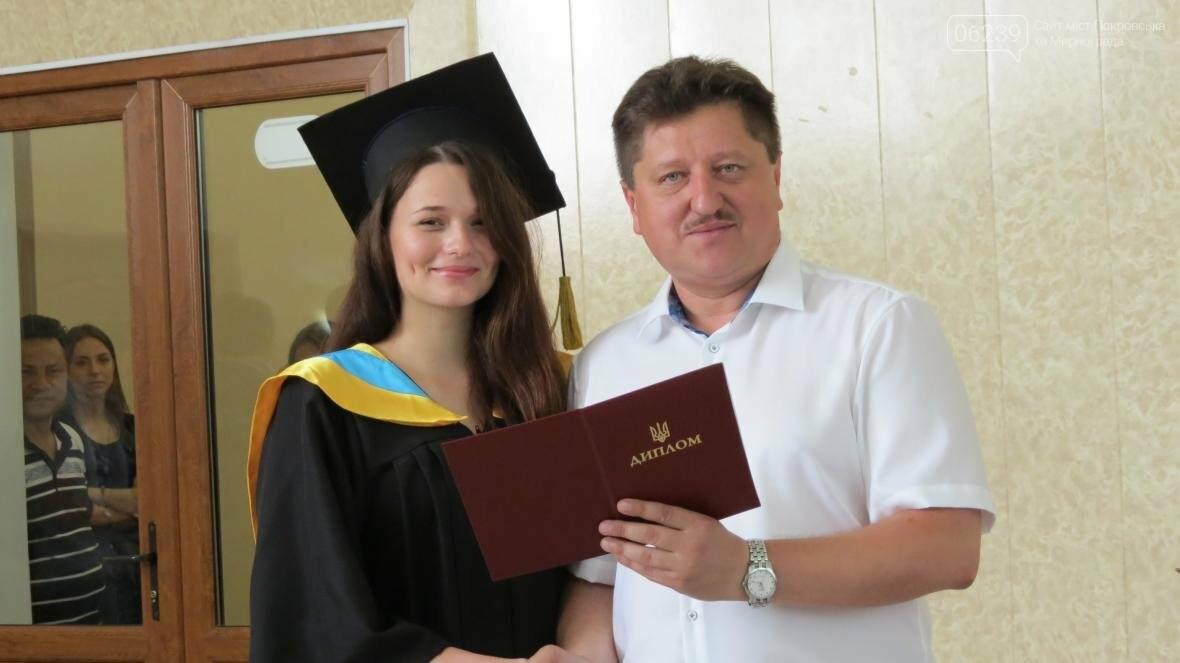 В ДонНТУ, расположенном в Покровске, прошла церемония вручения дипломов магистрам и бакалаврам ВУЗа, фото-6