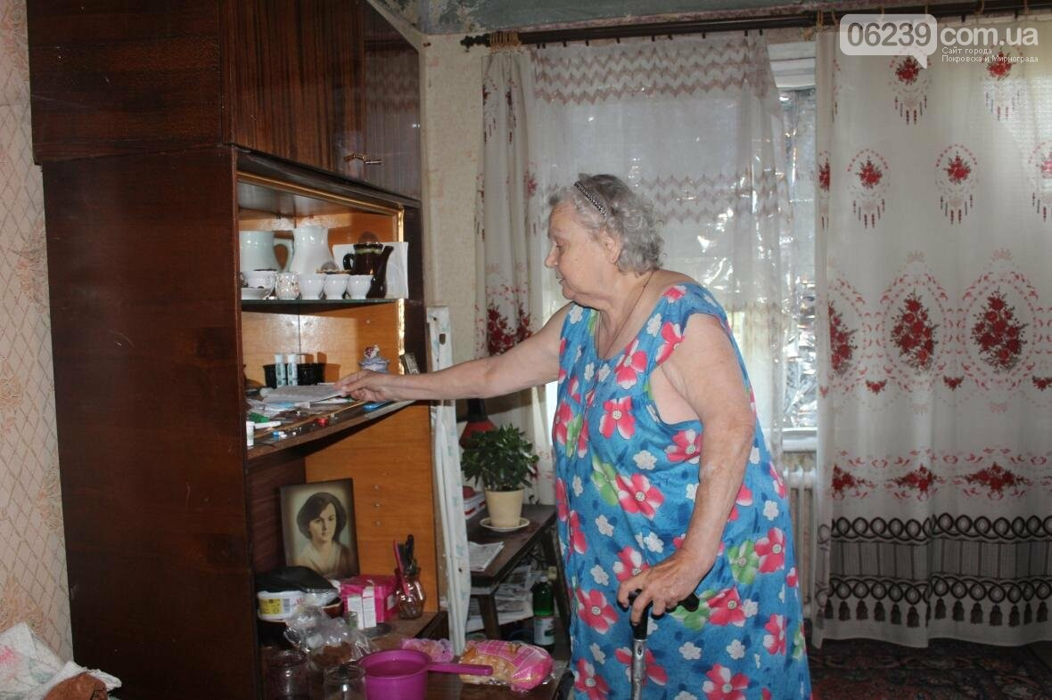 «Когда идет дождь, я укрываюсь клеенками»: последствия «качественного» ремонта кровли в Мирнограде , фото-13