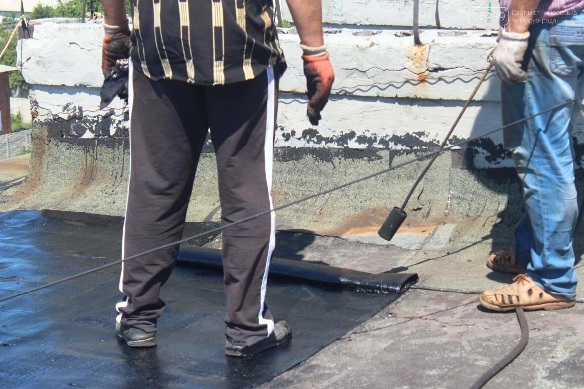 «Когда идет дождь, я укрываюсь клеенками»: последствия «качественного» ремонта кровли в Мирнограде , фото-15
