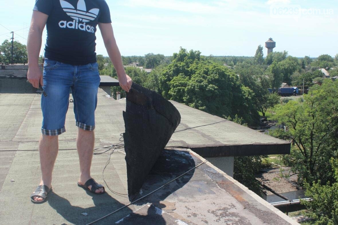 «Когда идет дождь, я укрываюсь клеенками»: последствия «качественного» ремонта кровли в Мирнограде , фото-14