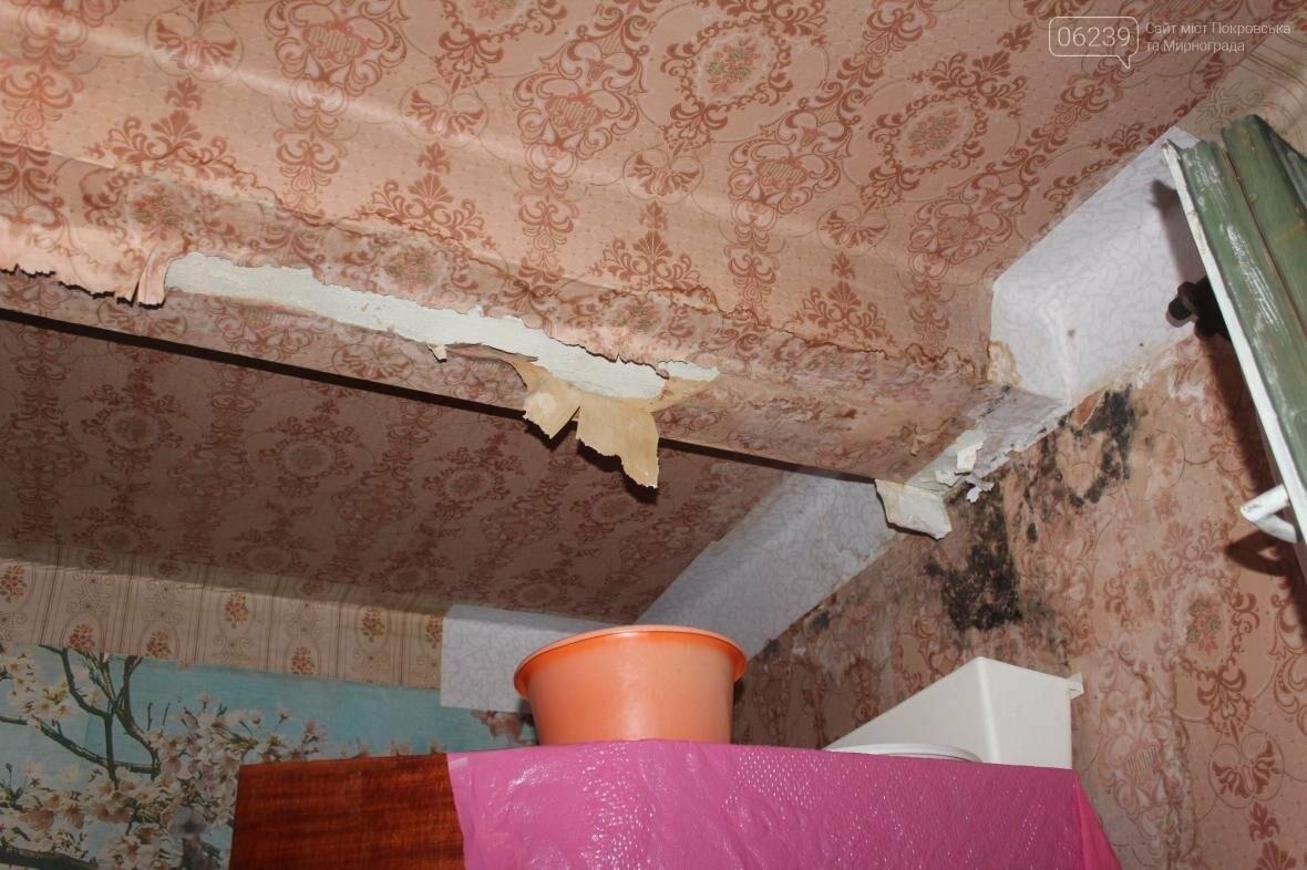«Когда идет дождь, я укрываюсь клеенками»: последствия «качественного» ремонта кровли в Мирнограде , фото-5