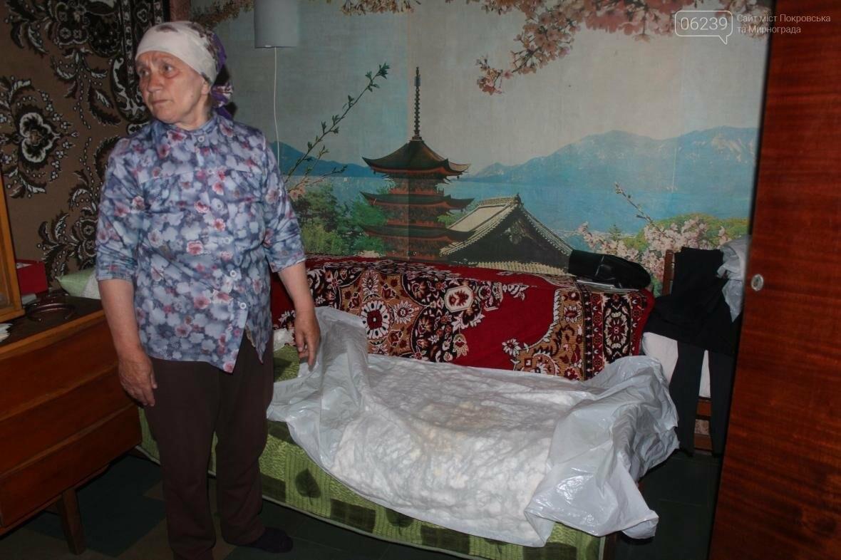 «Когда идет дождь, я укрываюсь клеенками»: последствия «качественного» ремонта кровли в Мирнограде , фото-8