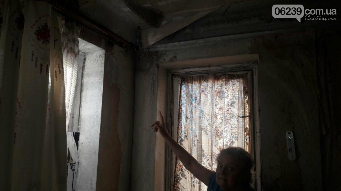 «Когда идет дождь, я укрываюсь клеенками»: последствия «качественного» ремонта кровли в Мирнограде , фото-11