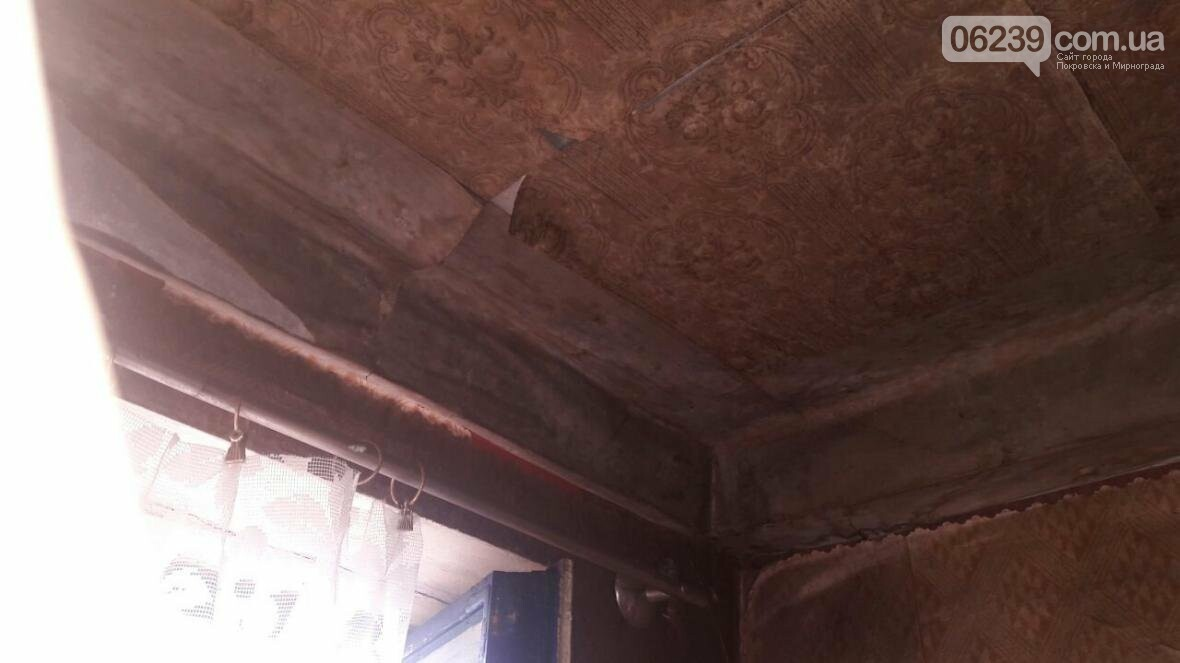 «Когда идет дождь, я укрываюсь клеенками»: последствия «качественного» ремонта кровли в Мирнограде , фото-9