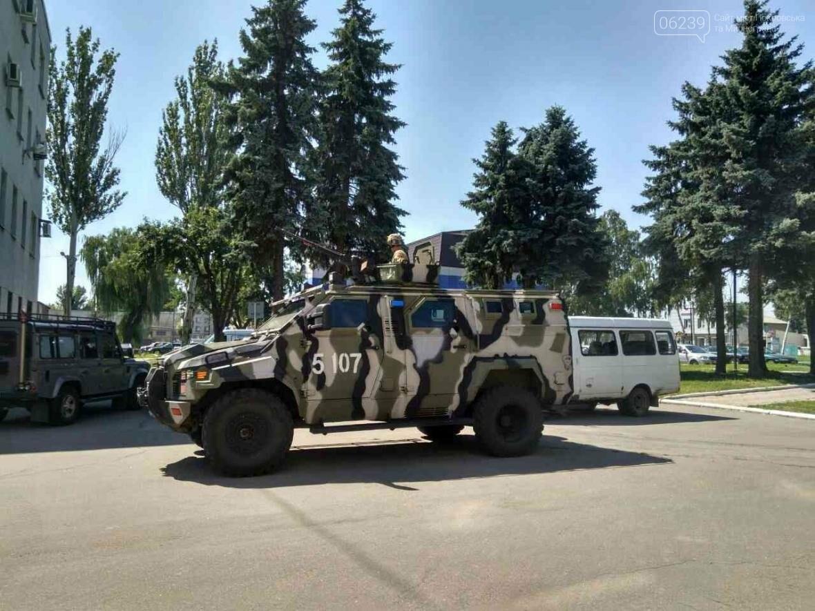 Около здания Покровского горсовета вооруженные люди: в город приехал Турчинов, фото-4