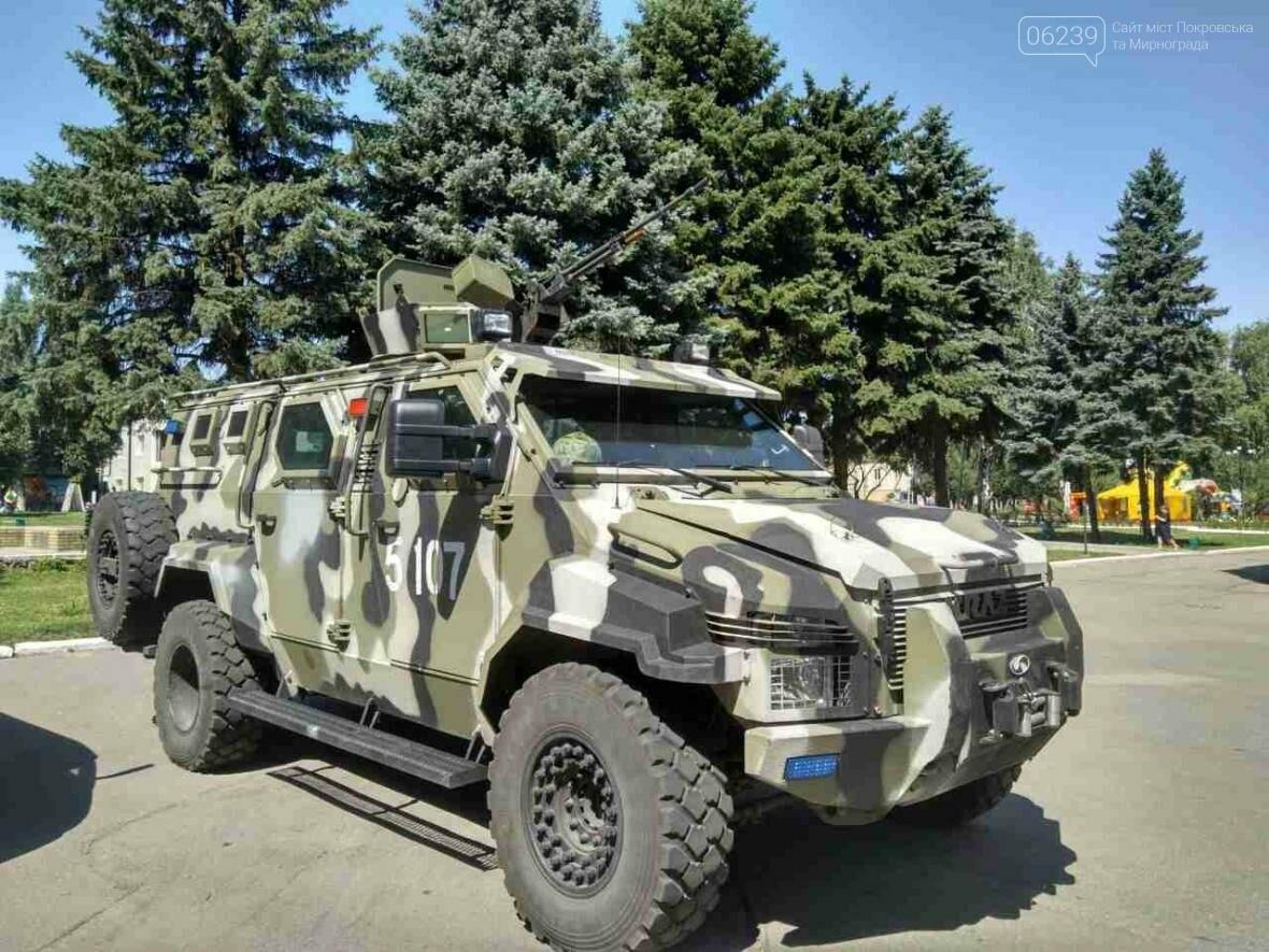 Около здания Покровского горсовета вооруженные люди: в город приехал Турчинов, фото-3