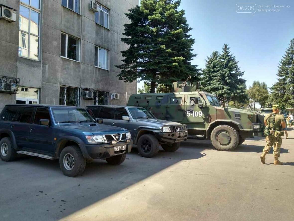 Около здания Покровского горсовета вооруженные люди: в город приехал Турчинов, фото-5