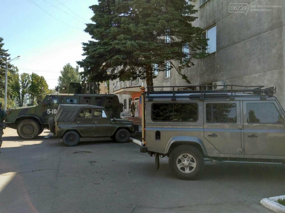 Около здания Покровского горсовета вооруженные люди: в город приехал Турчинов, фото-2