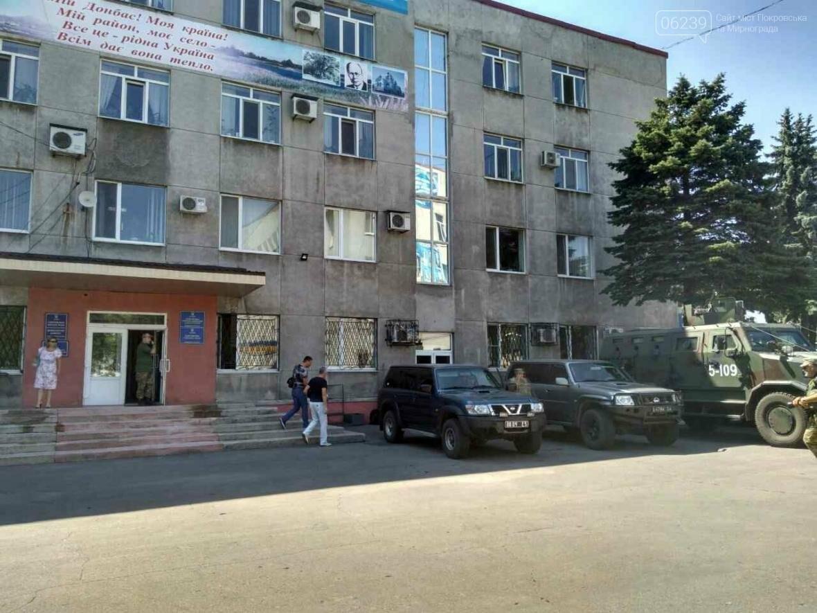 Около здания Покровского горсовета вооруженные люди: в город приехал Турчинов, фото-6