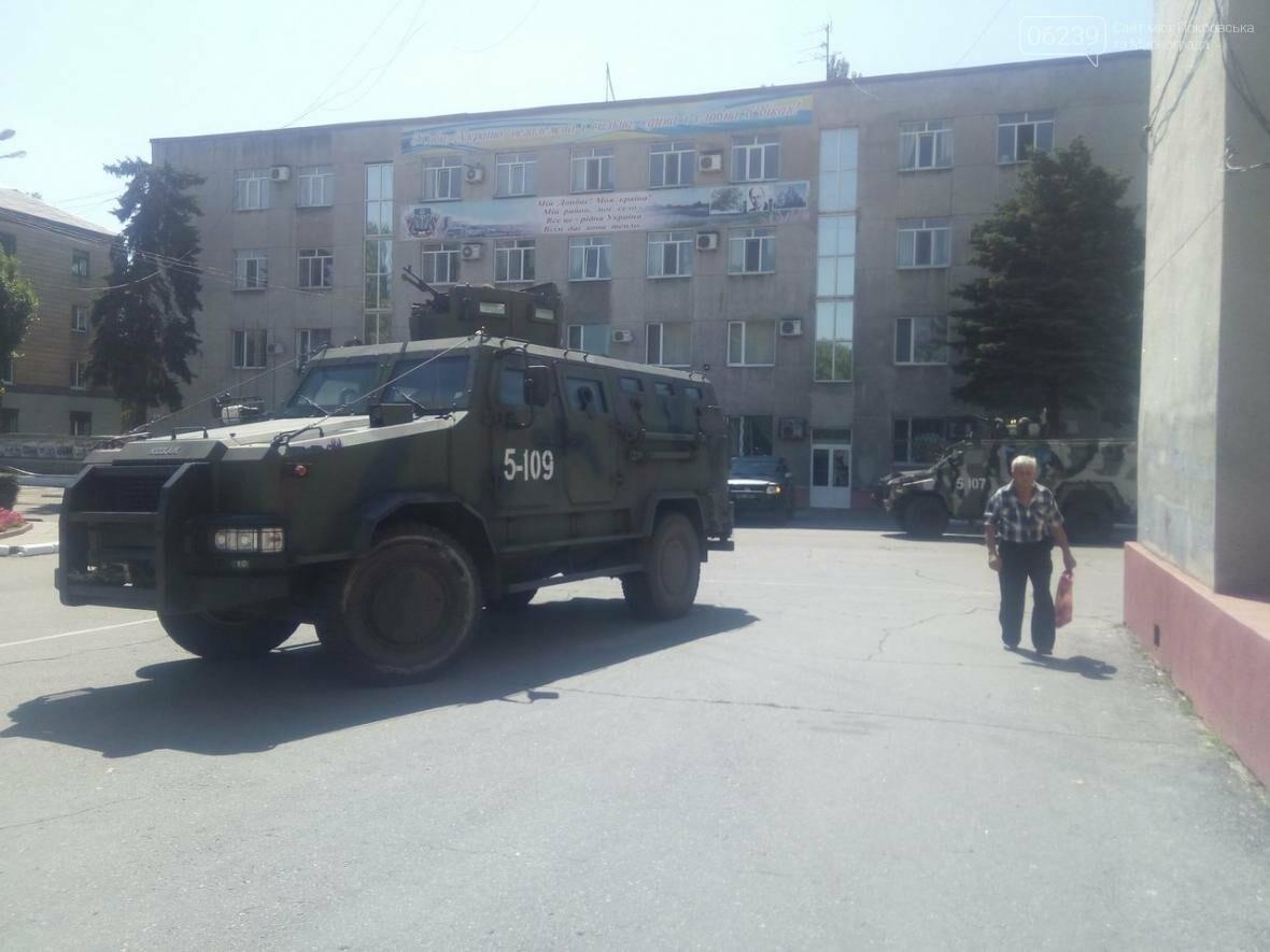 Около здания Покровского горсовета вооруженные люди: в город приехал Турчинов, фото-1