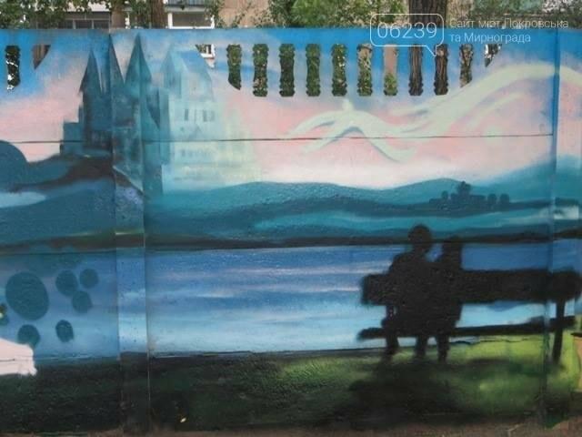 В Покровске разукрасили бетонный забор опорной школы , фото-4
