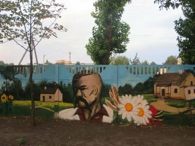 В Покровске разукрасили бетонный забор опорной школы , фото-1