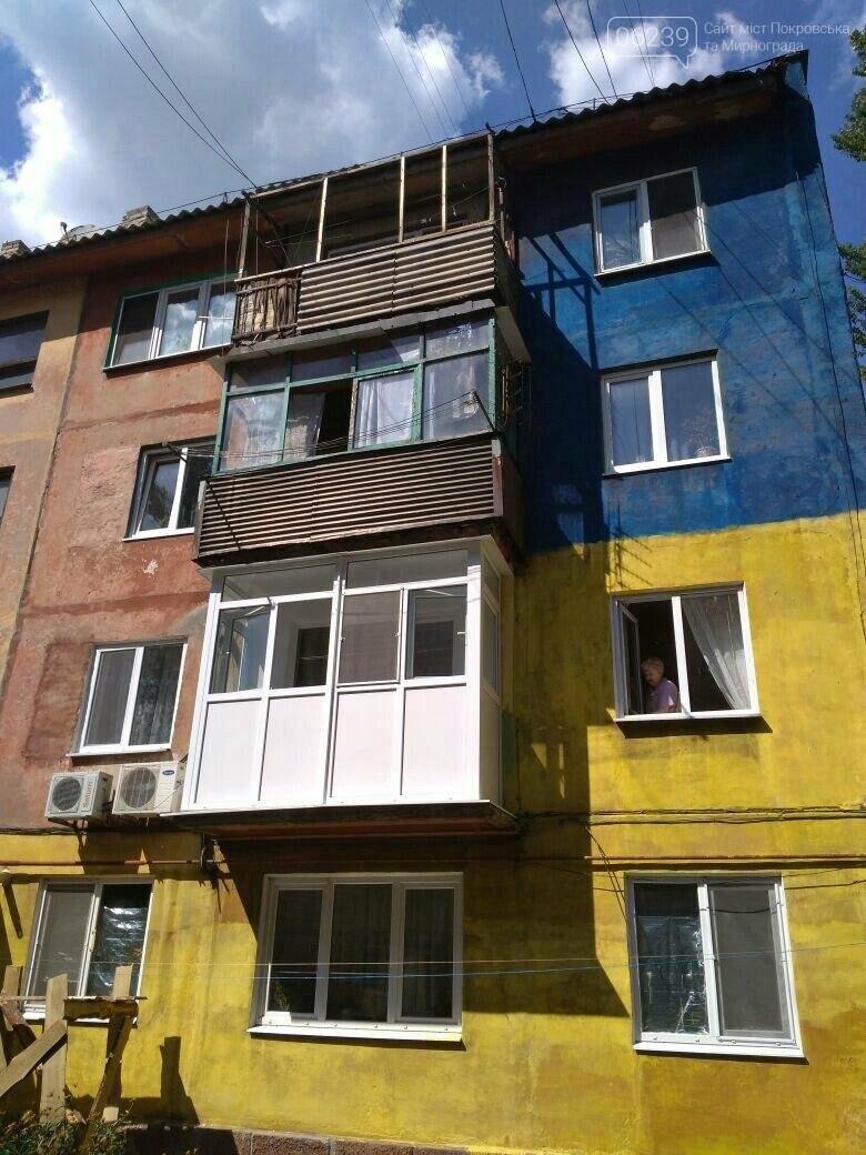В Покровске патриотично разукрасили неприглядный фасад 4-этажки, фото-1