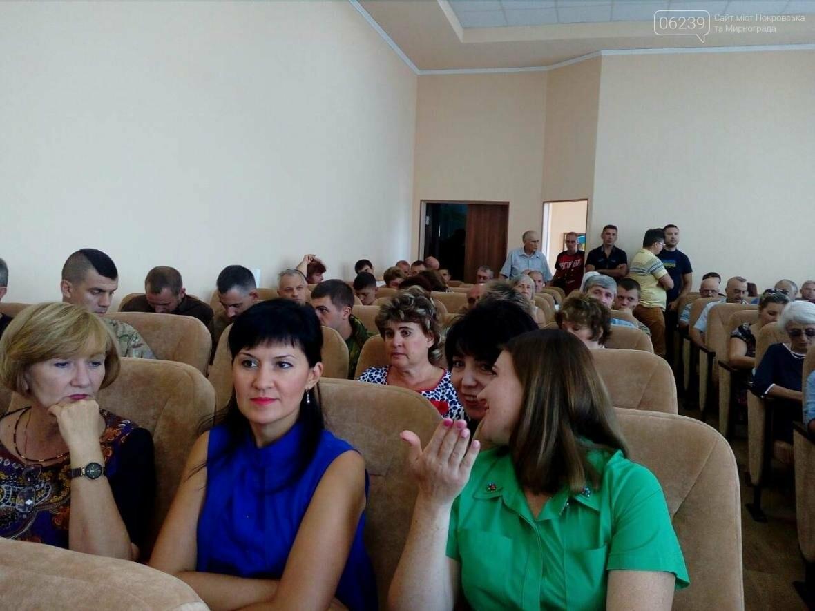 Полон зал, но пусто за столом: сессия в Покровске до сих пор не началась , фото-2