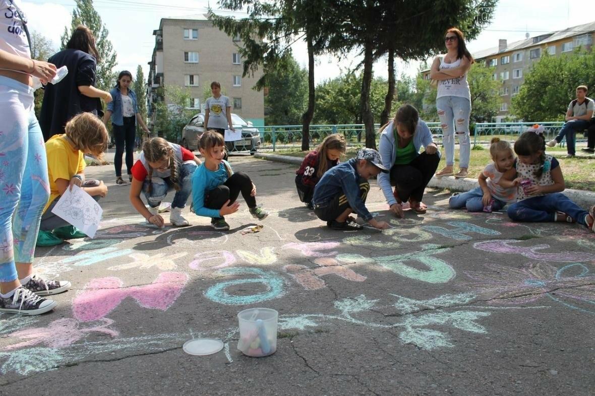 Маленькие жители Мирнограда отметили День Независимости яркими патриотическими рисунками на асфальте, фото-5