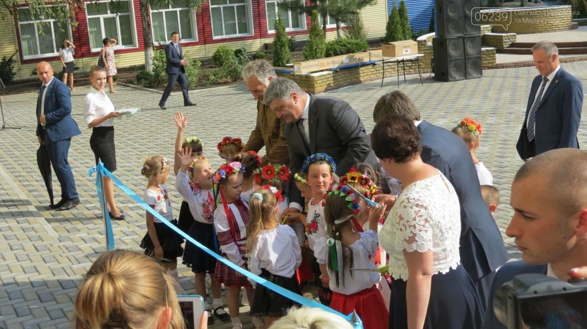 В Покровске при участии Президента Украины Петра Порошенко открыли опорную школу, фото-8