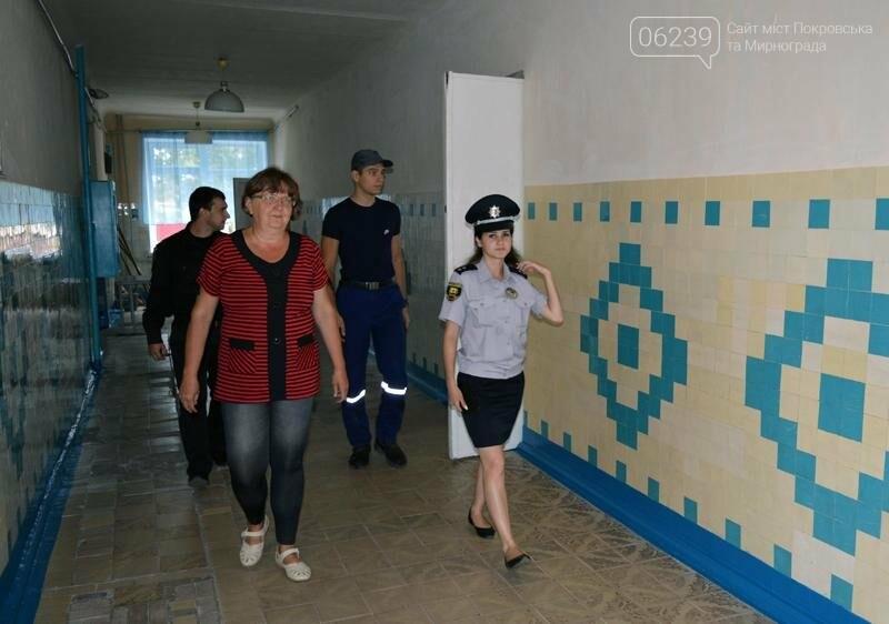 Правоохранители Покровска проверили все классы, спортзалы, подвалы и чердаки школ города, фото-1