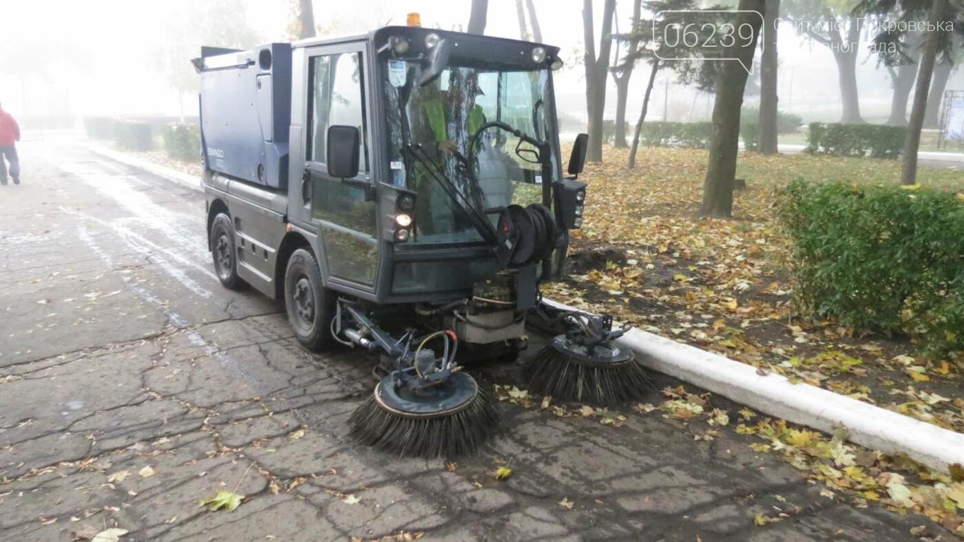 Листья в Покровске начали убирать пылесосом, фото-3