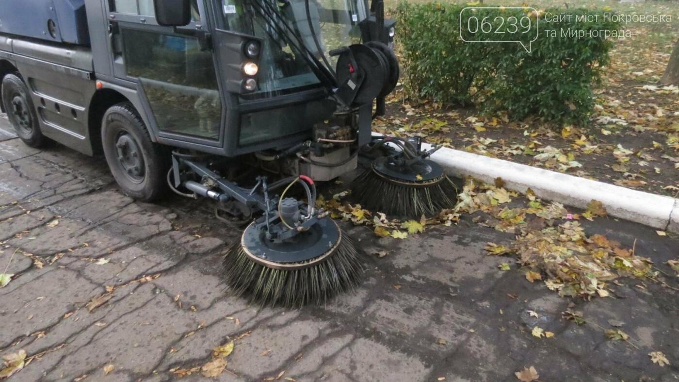 Листья в Покровске начали убирать пылесосом, фото-4
