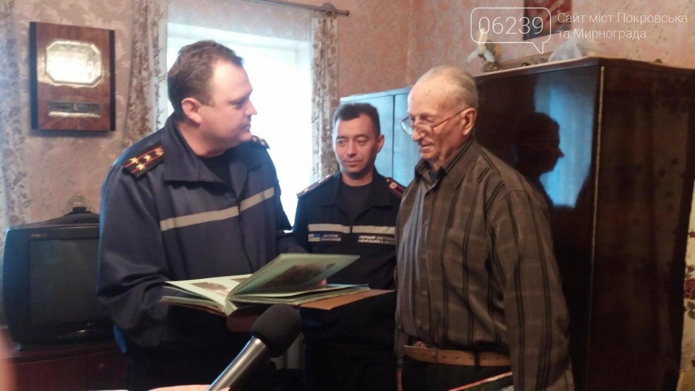 В Покровске спасатели поздравили ветерана пожарной охраны с 90-летним юбилеем, фото-3