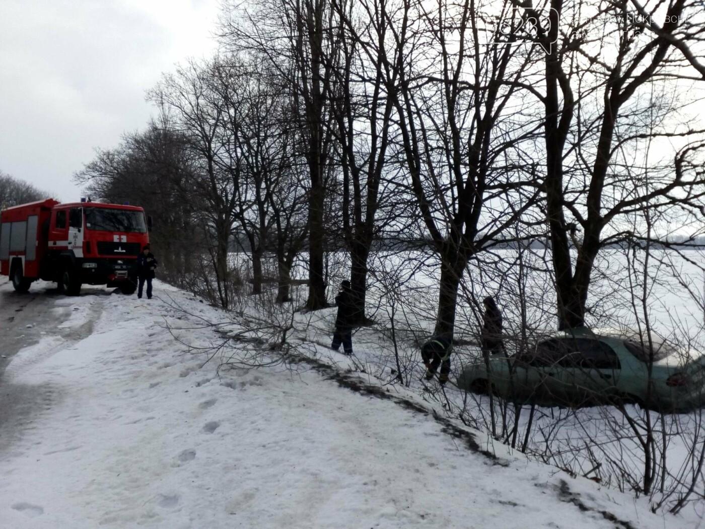 Спасатели на автодороге Покровск-Доброполье вытащили из кювета легковой автомобиль, фото-1
