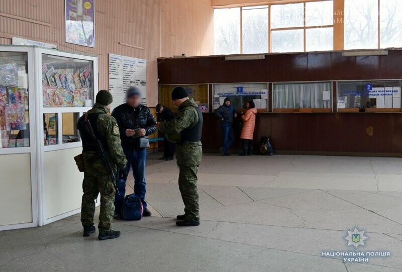 Почему в Покровске полицейские со служебными собаками проверяют поезда и автобусы , фото-1
