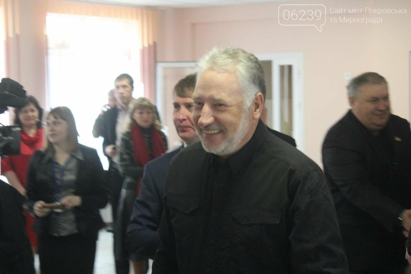 Жебривский проинспектировал ход выполнения ремонтных работ в опорной школе Мирнограда, школа практически готова к открытию , фото-2