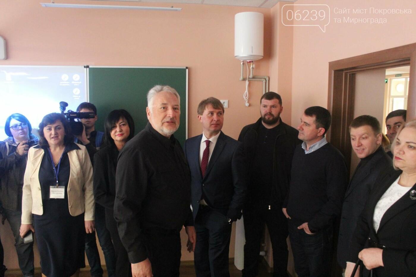 Жебривский проинспектировал ход выполнения ремонтных работ в опорной школе Мирнограда, школа практически готова к открытию , фото-1