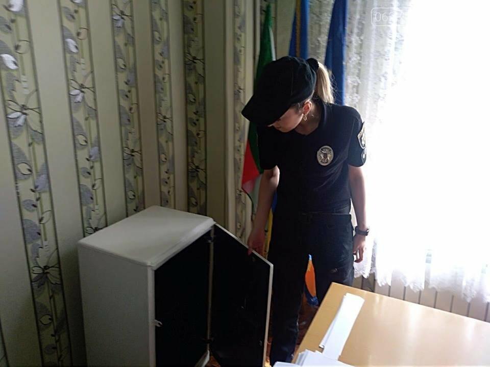 Сотрудники Покровской оперзоны обеспечивают безопасность во время проведения ВНО, фото-1