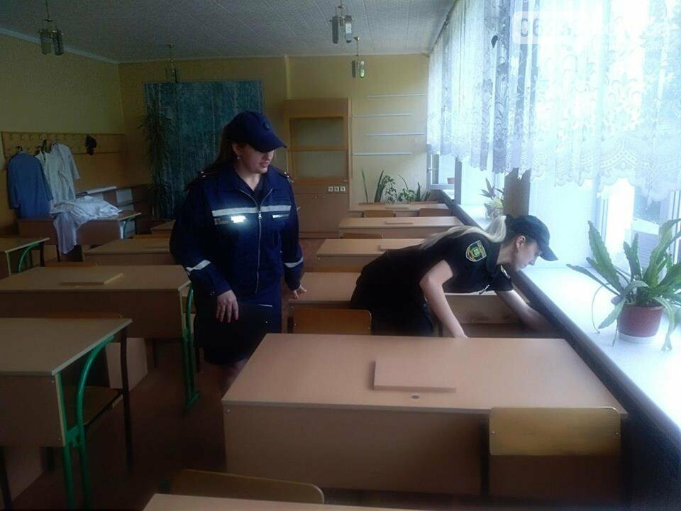 Сотрудники Покровской оперзоны обеспечивают безопасность во время проведения ВНО, фото-2