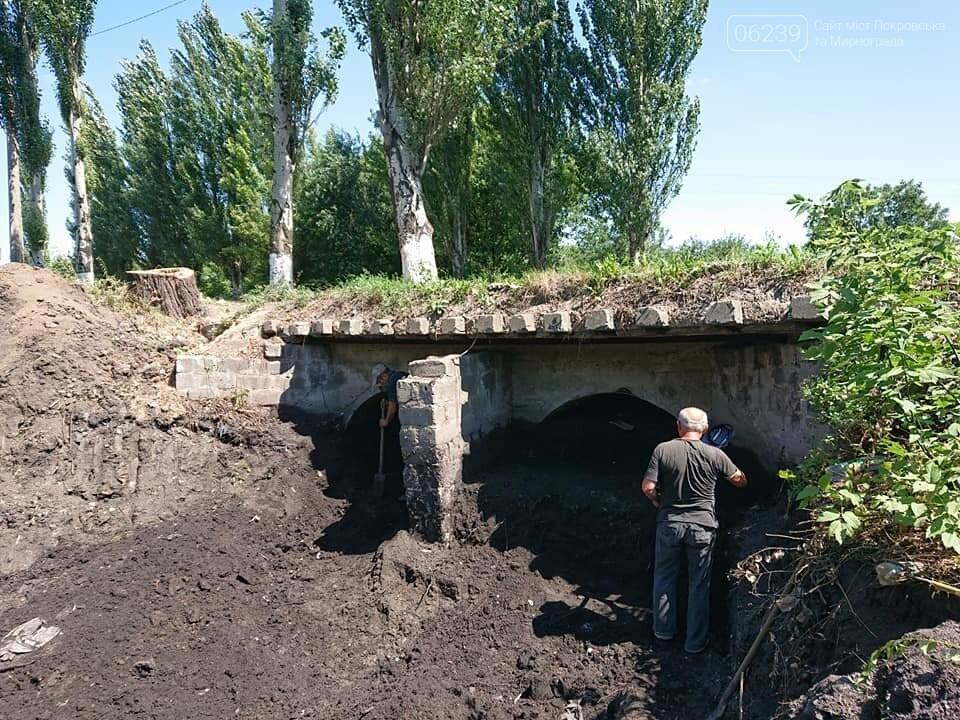 В Мирнограде проходят работы по расчистке балки и сети ливневой наружной канализации , фото-4