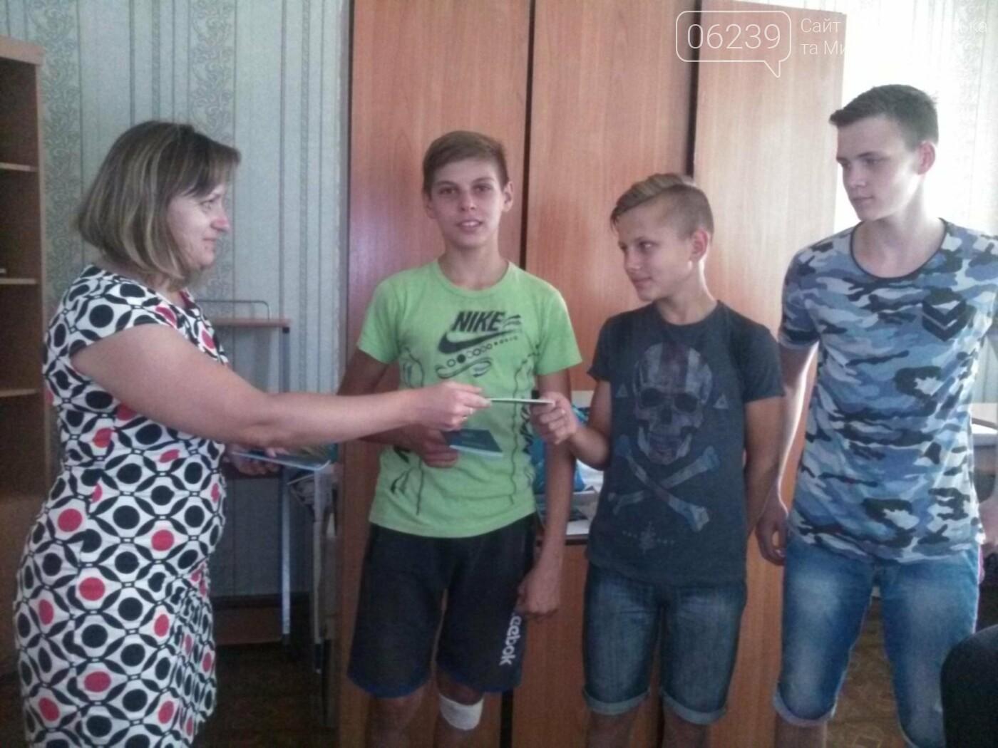 В Покровске подросткам вручили трудовые книжки, фото-1