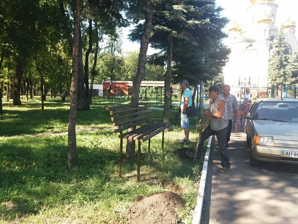 Лавочки и урны установили в парке Соборный в Покровске, фото-6