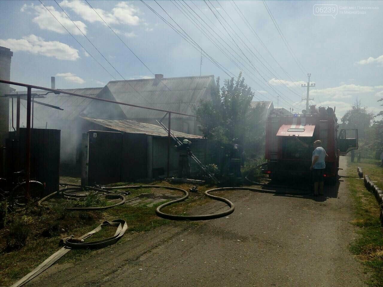В Покровске горит жилой дом, фото-1