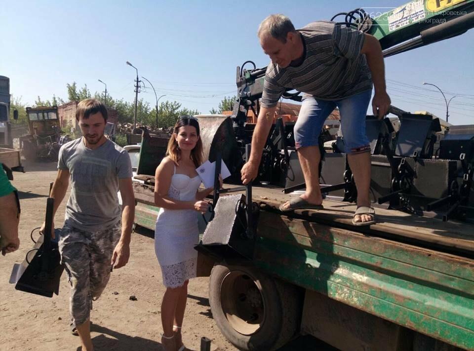 Как в Мирнограде жителям урны выдавали, фото-1