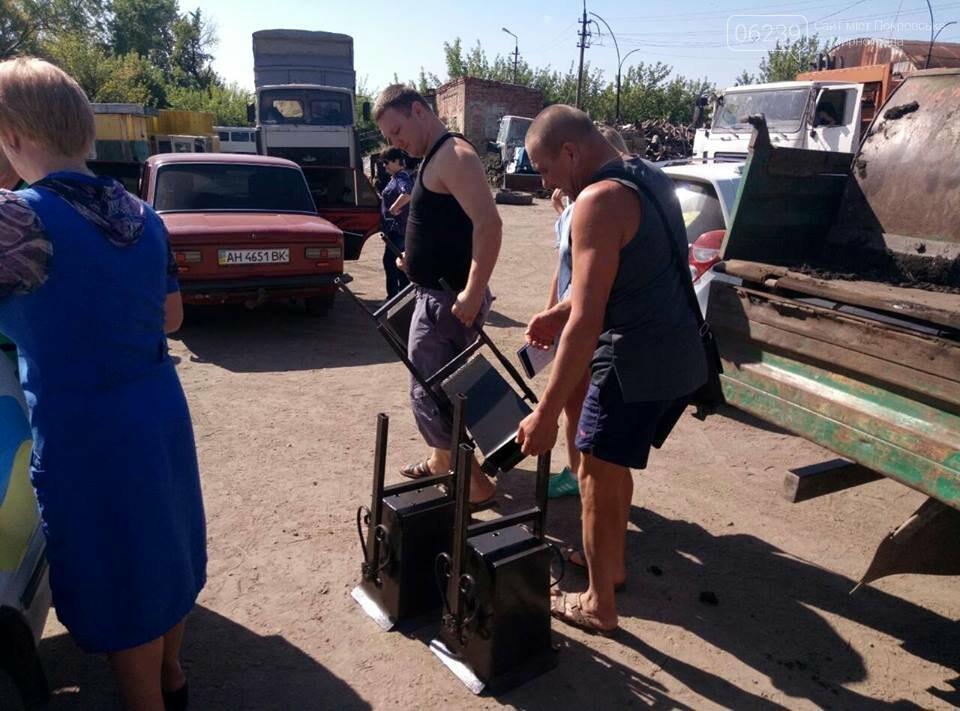 Как в Мирнограде жителям урны выдавали, фото-2