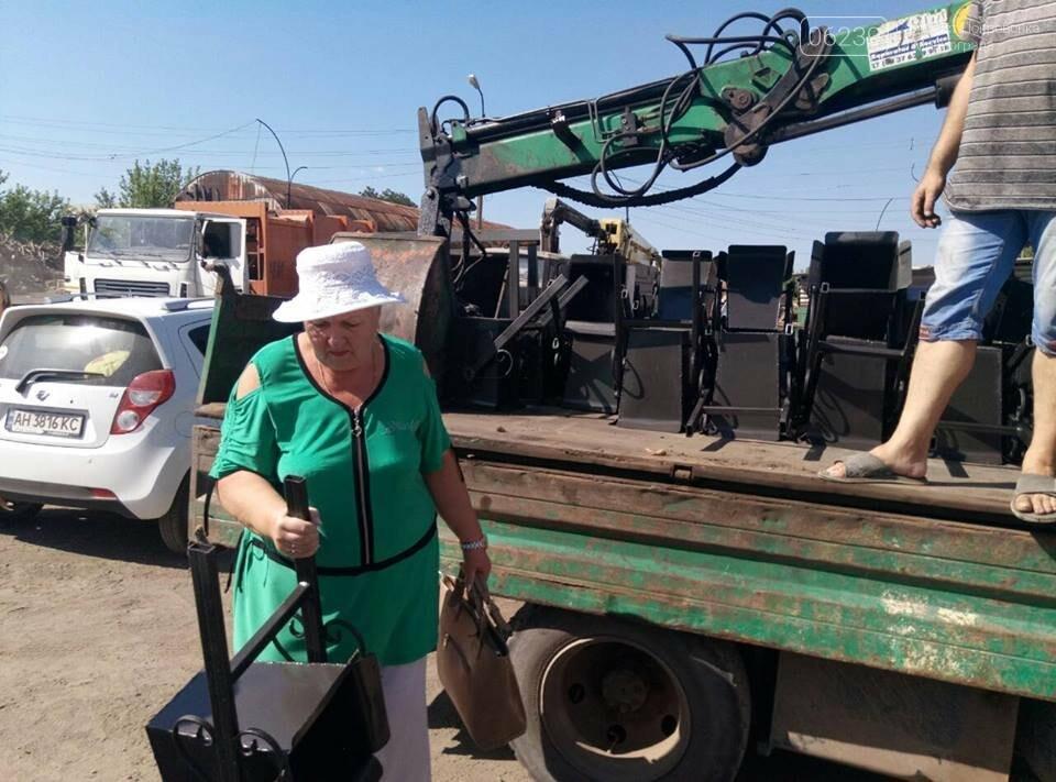 Как в Мирнограде жителям урны выдавали, фото-6
