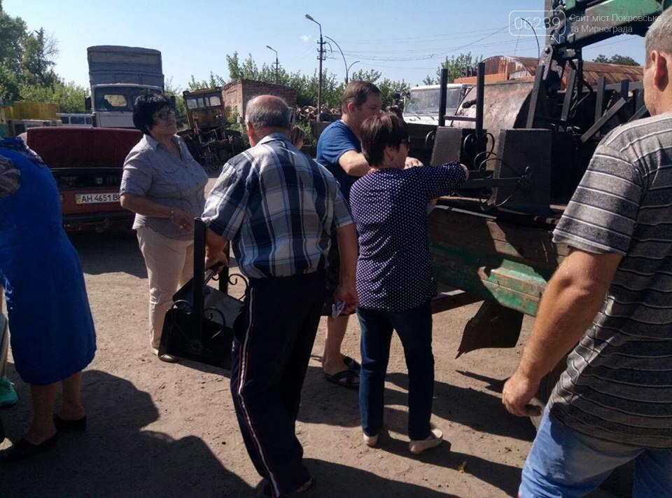 Как в Мирнограде жителям урны выдавали, фото-7