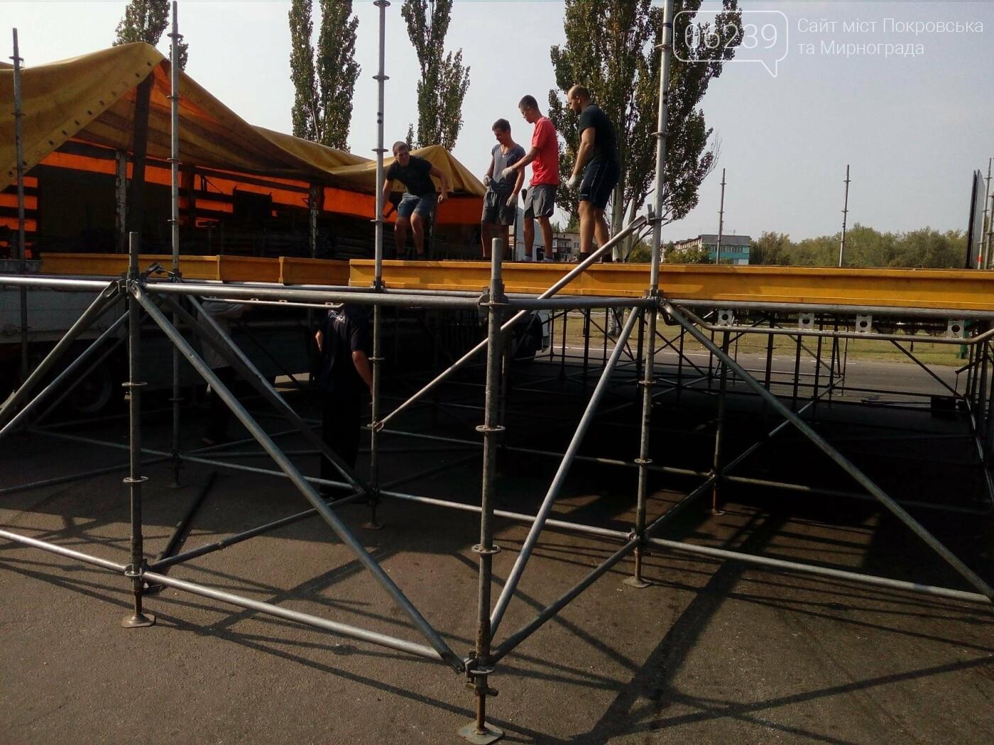 В Покровске начали устанавливать праздничную сцену , фото-2