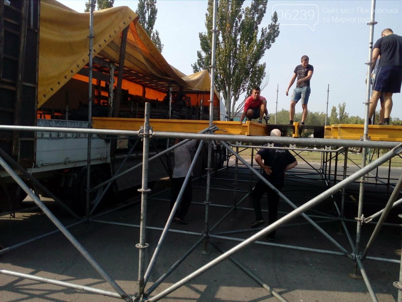 В Покровске начали устанавливать праздничную сцену , фото-4