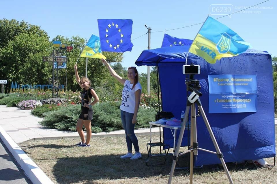 В Мирнограде местные активисты на въезде в город раздавали автомобилистам  украинскую символику , фото-1