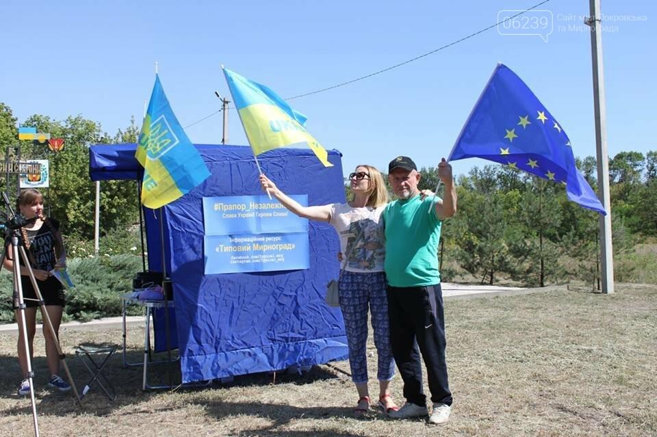 В Мирнограде местные активисты на въезде в город раздавали автомобилистам  украинскую символику , фото-8