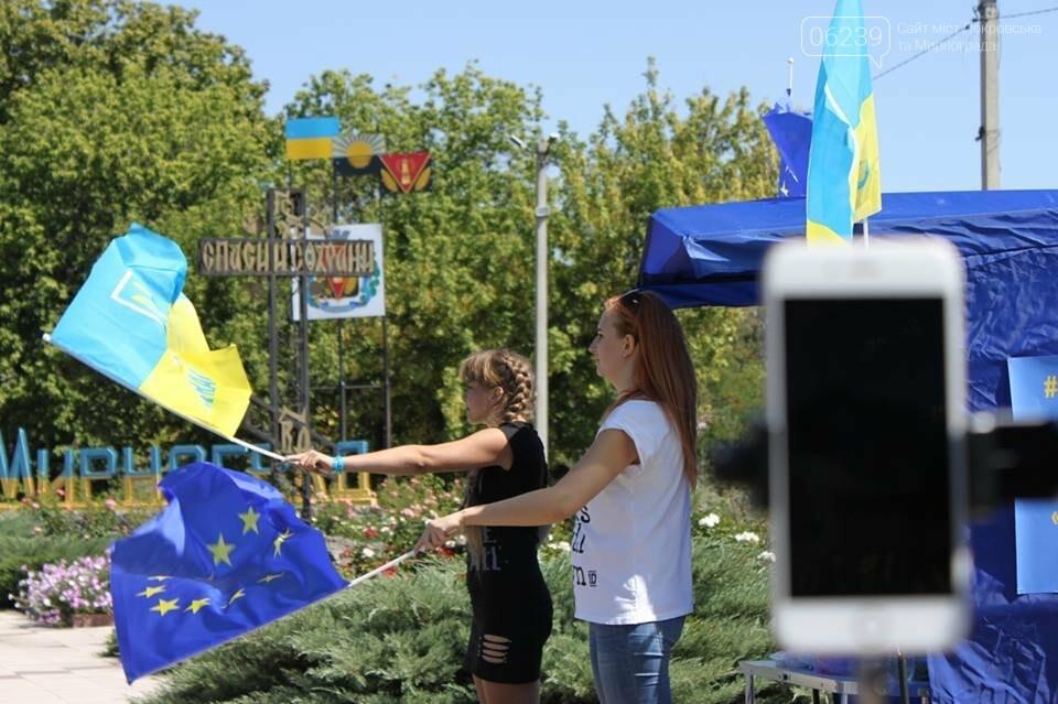 В Мирнограде местные активисты на въезде в город раздавали автомобилистам  украинскую символику , фото-3