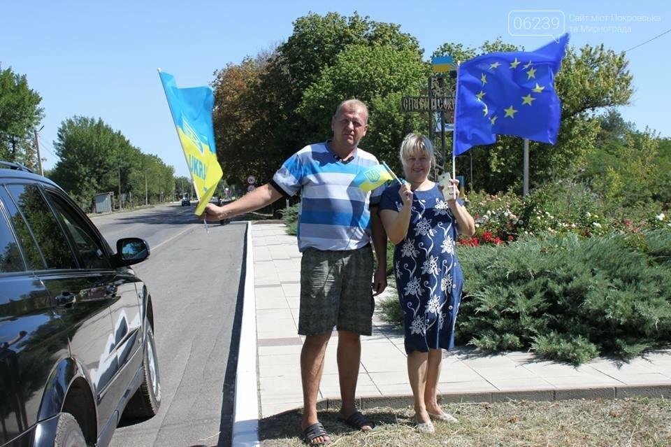 В Мирнограде местные активисты на въезде в город раздавали автомобилистам  украинскую символику , фото-5