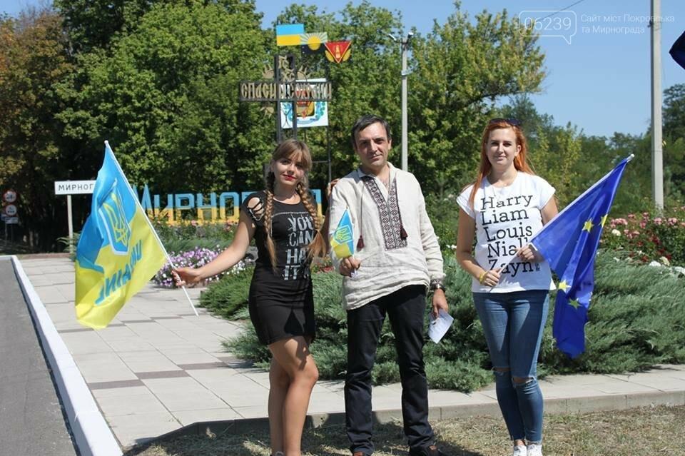 В Мирнограде местные активисты на въезде в город раздавали автомобилистам  украинскую символику , фото-6