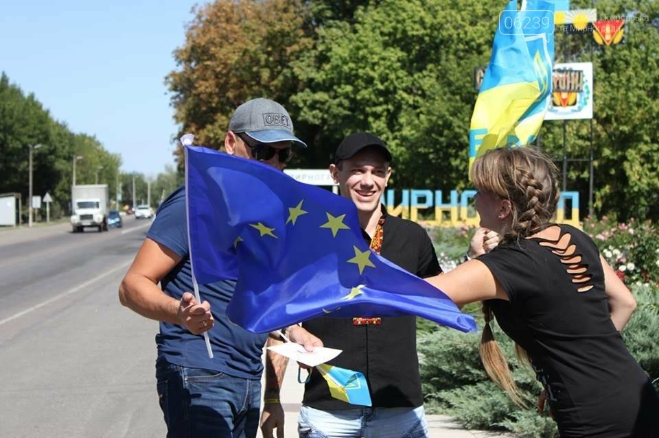 В Мирнограде местные активисты на въезде в город раздавали автомобилистам  украинскую символику , фото-7